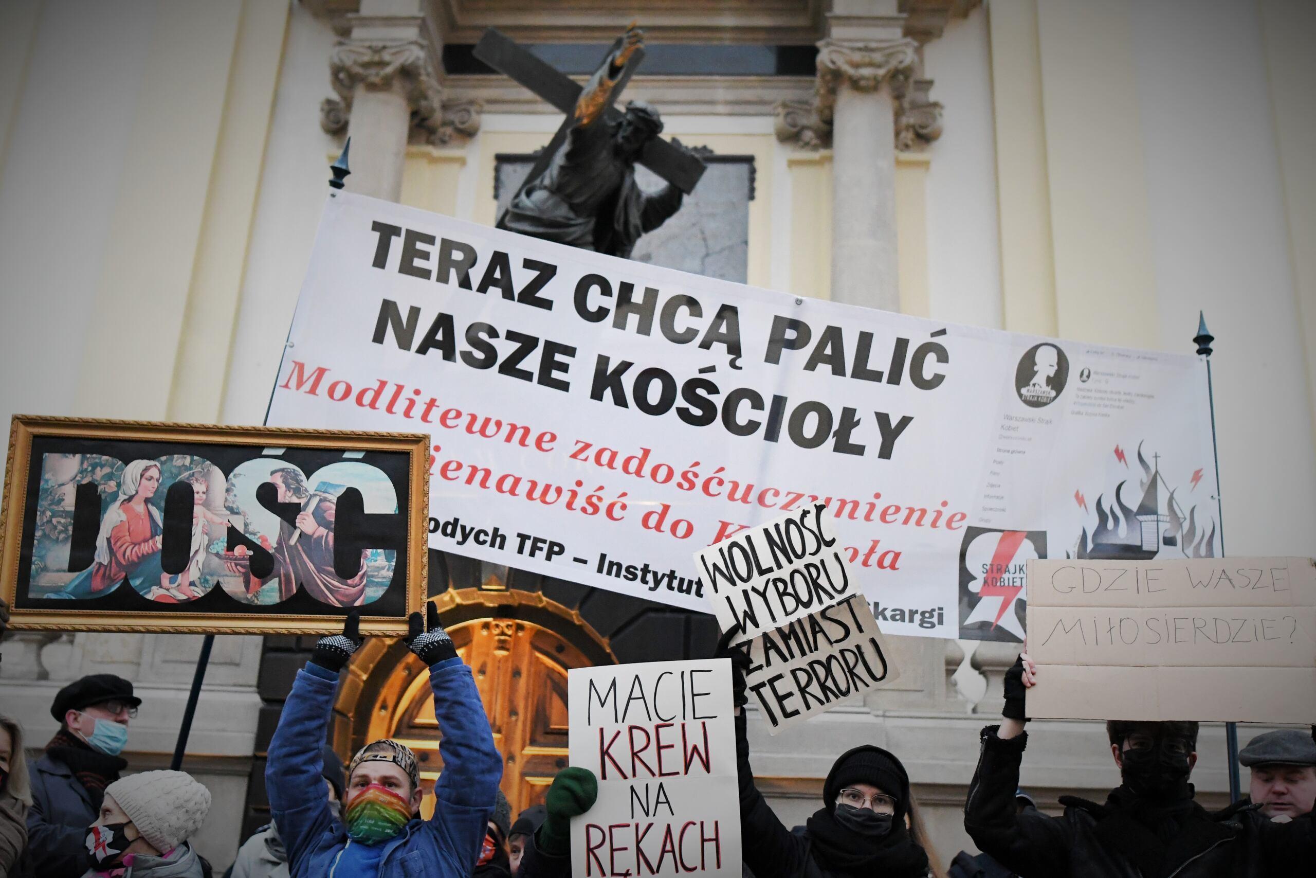 dwie demonstracje pod kościołem św. Krzyża