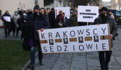 Manifestacja poparcia dla przesluchiwanych sedziów w Krakowie