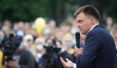 Szymon Hołownia przemawia do zgromadzonych