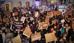 Tłum kobiet z transperantami o prawie do aborcji
