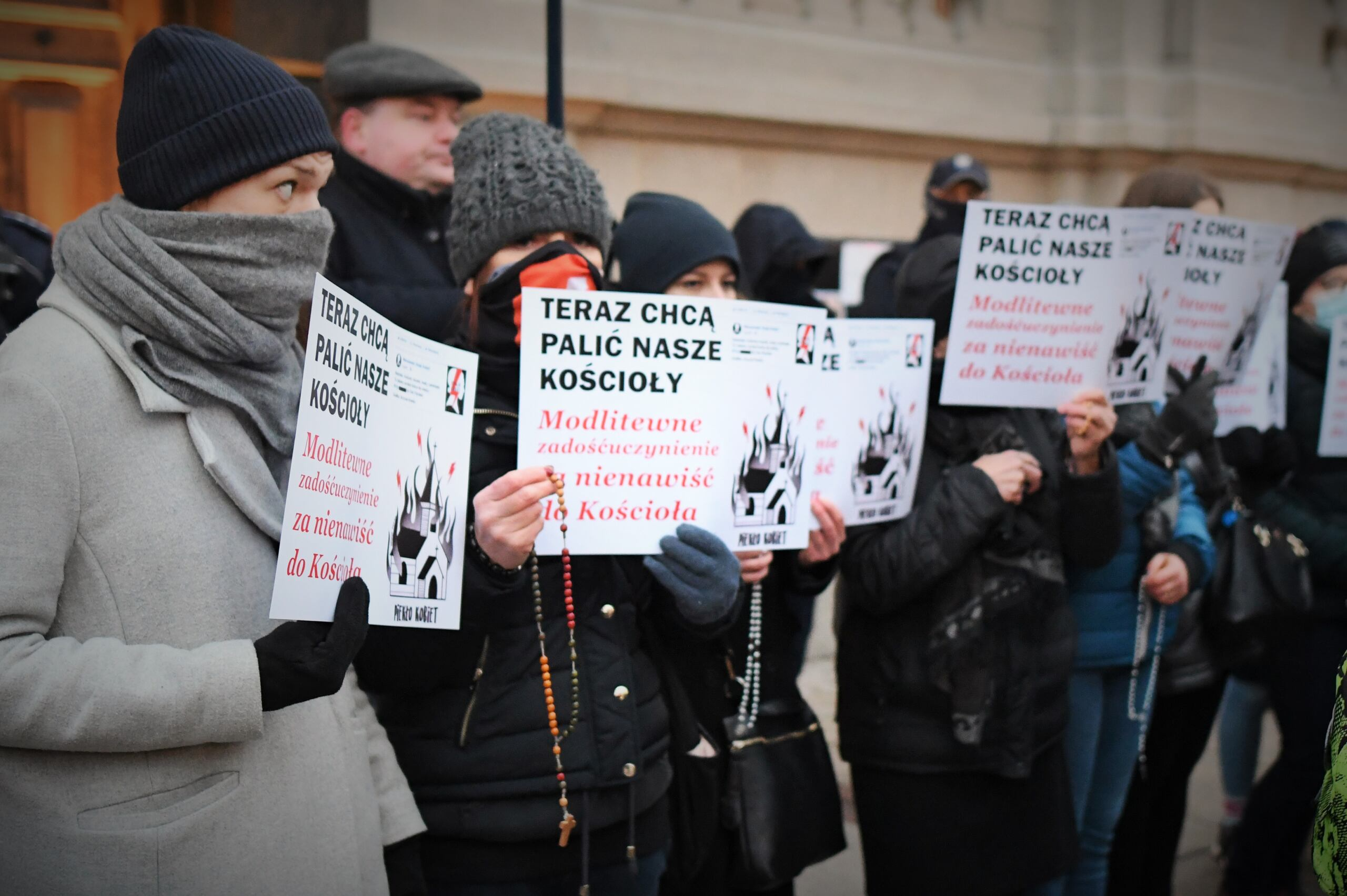 kontrdemonstracja przed kościołem św. Krzyża