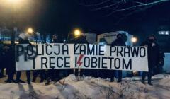 protest kobiet w Warszawie, transparent z napisem: poplicja łamie prawo i ręce kobietom