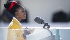Amanda Gorman wygłasza poemat podczas inauguracji prezydenta Joe Bidena, 20 stycznia 2021, fot. (cc) Carlos M. Vazquez, flickr.com