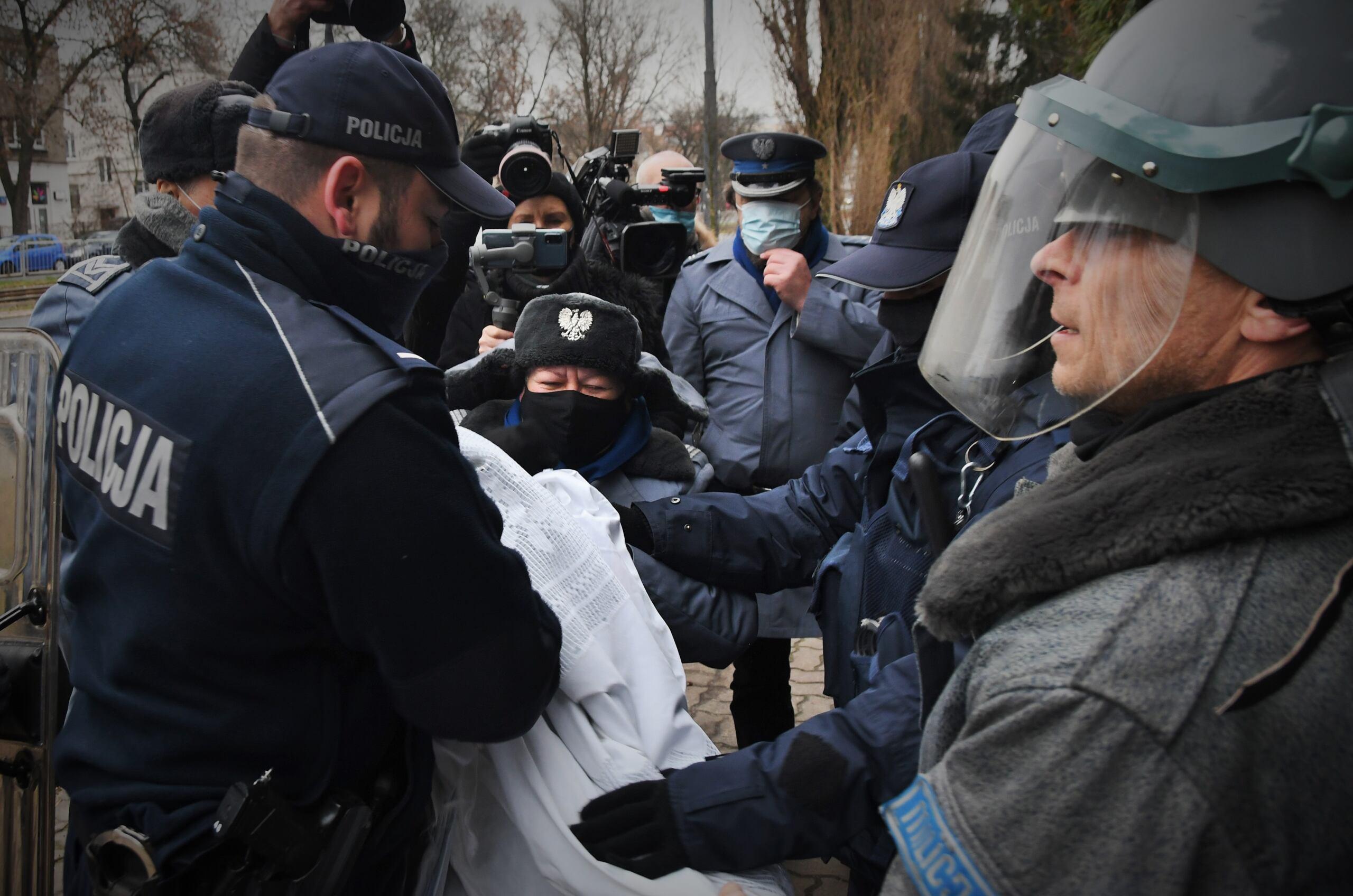 Arkadiusz Szczurek podczas happeningu pod domem Kaczyńskiego