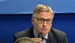 José Igreja Matos, przewodniczący Europejskiego Stowarzyszenia Sędziów, mówwi z mikrofonem w ręku
