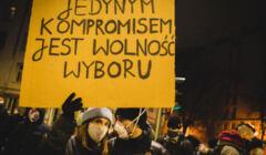 Zdjęcie z protestu strajku kobiet, kobieta trzymająca transparent