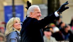 Inauguracja Bidena, prezydent z żoną pozdrawia obecnych