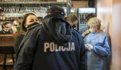 Policja i sanpid podczas kontrolowania lokalu