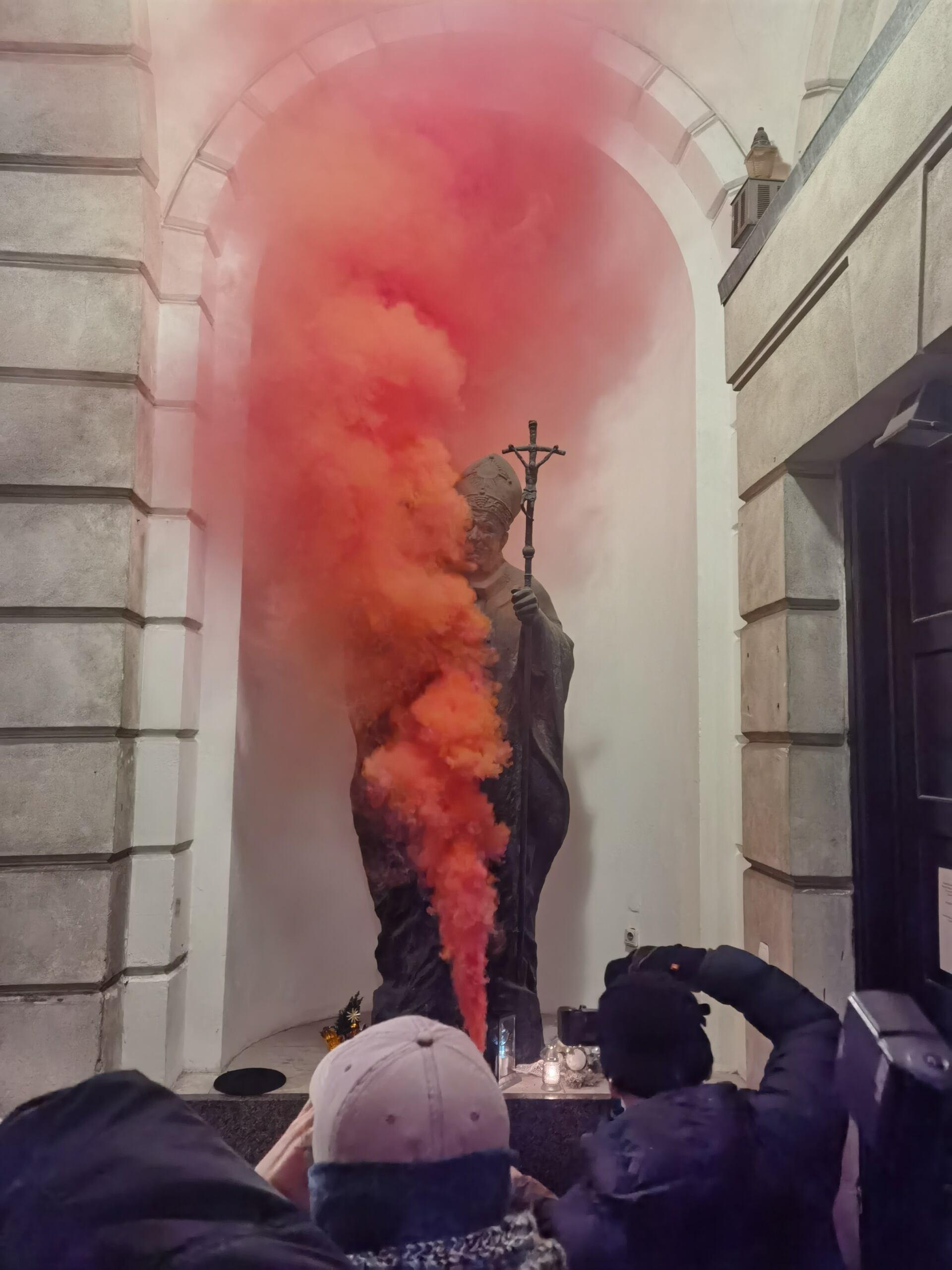 Raca odpalona przed figurą Jana Pawła II, protest 29 stycznia 2021. Strajk kobiet