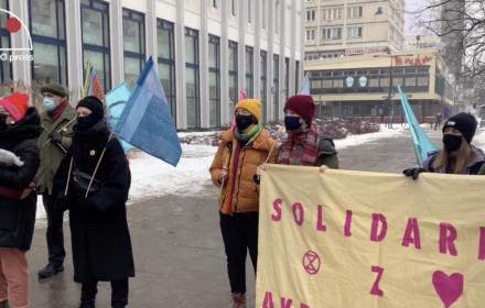 """Zamienili uliczne tablice na """"Dzielnicę Katastrofy Klimatycznej"""", stanęli przed sądem"""