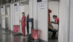 """11.01.2021 Poznan . Punkt szczepien , pierwszy dzien szczepien przeciwko Covid-19 personelu medycznego i niemedycznego priorytetowej grupy """" zero """" na terenie MTP"""
