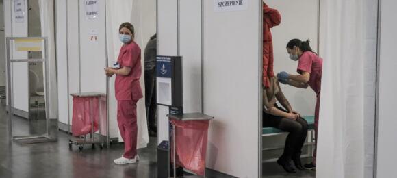 """11.01.2021 Poznan . Punkt szczepien , pierwszy dzien szczepien przeciwko Covid-19 personelu medycznego iniemedycznego priorytetowej grupy """" zero """" naterenie MTP"""