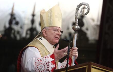 Arcybiskup Jędraszewski w złotej mitrze i z wielkim pastorałem przemawia