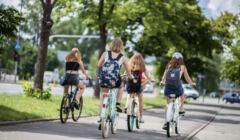 Rowerzysci na sciezce rowerowej przy ulicy Warynskiego w Warszawie