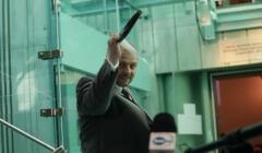 Aleksander Stępkowski w korytarzu SN z przyłbicą w ręku