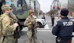 Waszyngton - Żołnierze w pełnym uzbrojeniu i zielonych mundfurach, oraz policjanci w czarnych mundurach na skrzyżowaniu ulic