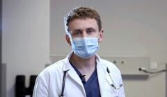 Prof. Wojciech Szczeklik, w białym fartuchu i maseczce na twarzy