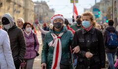 Kobiety z biało-czerwonymi szalikami protestujące w Mińsku, 10.2020