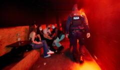policja zamyka nielegalnie otwarty klub w Poznaniu