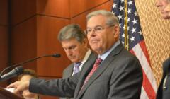 Senator Robert Menendez przemawia na tle flagi USA