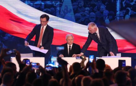 Jarosław Kaczyński, Zbigniew Ziobro i Jarosław Gowin podpisują umowę o politycznym porozumieniu
