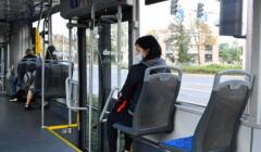 Pasażerowie wrocławskiego tramwaju w maseczkach