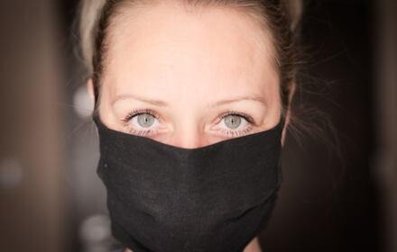 Koronawirus - kobieta z maseczką na twarzy