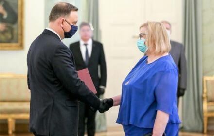 Prezydent Duda w czarnej maseczce wręcza powołanie na I Prezes SN Małgorzacie Manowskiej w błękitnej maseczce