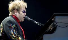 Elton John podczas koncertu w 2008 r.