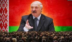 Aleksander Łukaszenka na wielkim ekranie, u dolu tłum słuchACZY