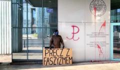 Zbigniew Komosa protestujący pod IPN