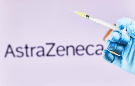 Strzykawka ze szczepionką przeciwko koronawirusowi od firmy AstraZeneca