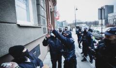 Policja łapie burgery pod budynkiem Ordo Iuris, 30 marca 2021