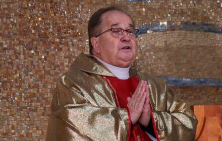 Modlący się o. Tadeusz Rydzyk