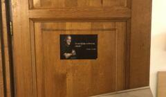 Zdjęcie drzwi w Radzie ds. Cudzoziemców z fałszym cytatem z Paulo Coelho