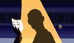 Osoba w świetle reflektorów, patrząca na scenie na swoją maskę