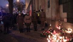 obchody Dnia Wyklętych pod aresztem na Rakowieckiej w Warszawie