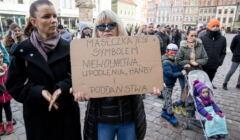 protest koronasceptyków na rynku w Poznaniu