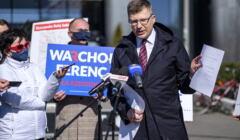 Marcin Warchoł podczas konferencji prasowej, jak zwykle bez maseczki, 24 marca 2021, fot. Agencja Gazeta