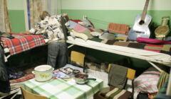 Osoba bezdomna w wieloosobowym pokoju sypialnym w schronisku w Olsztynie