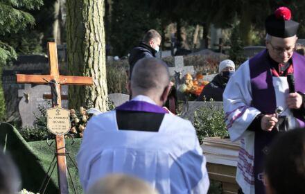 Na grobie jest widoczny krzyż z tabliczką ks. Andrzej Dymer