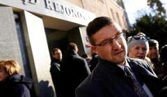 Paweł Juszczyszyn stoi przed Sądem Rejonowym w Olsztynie