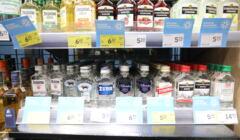 Alkohole na półce w sklepie