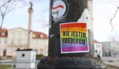 protest w obronie osób LGBTIQ w Płocku w trakcie procesu o tęczowe Maryjki
