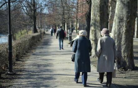 Emeryci na spacerze