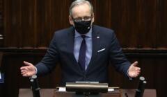 Adam Niedzielski przemawia w Sejmie, w czarnej maseczce