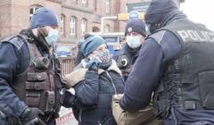 Policja legitymuje na ulicy kobietę