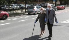 emeryci przechodzący przez ulicę