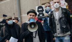 Protest przed sadem wspierajacy aktywistów, którzy obalili pomnik ks. Henryka Jankowskiego.
