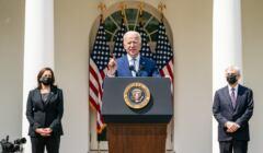 Joe Biden przemawia z mównicy